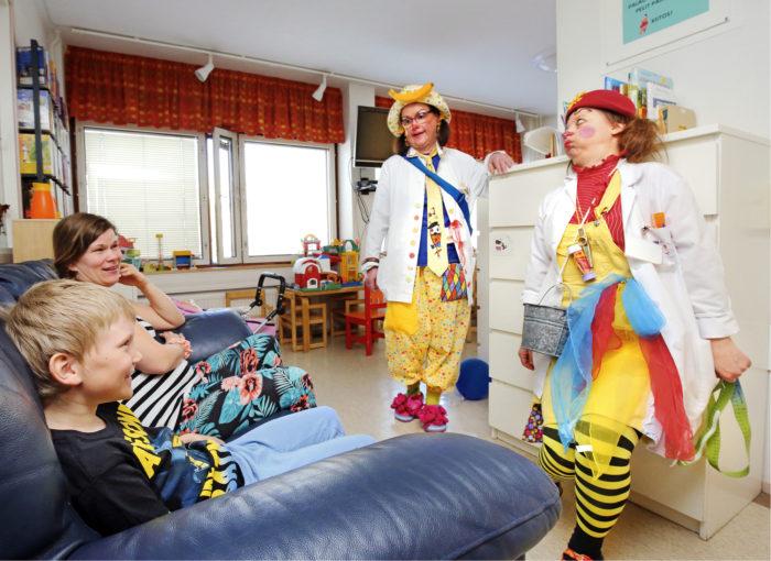 Sirkku Pusa ja Elmo Heinonen yllättyivät iloisesti, kun pellet putkahtivat heidän eteensä pylvään takaa sairaalan käytävän odottelutilassa.