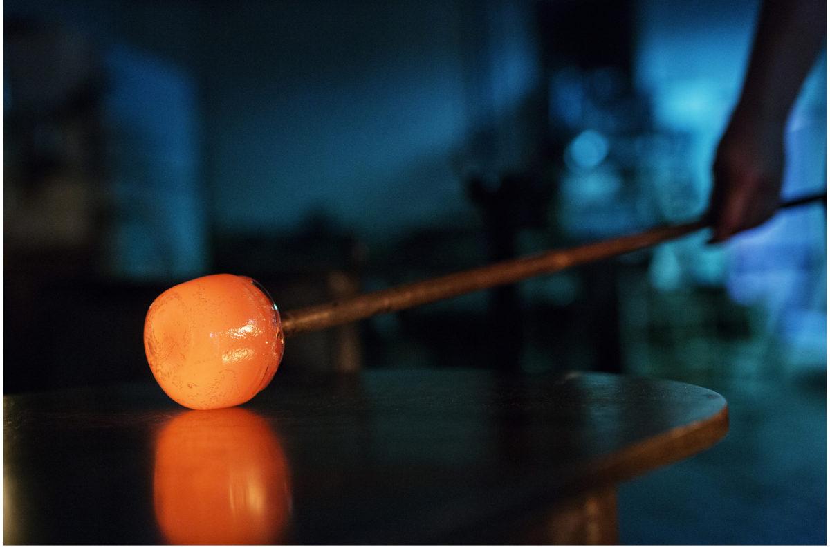 Nuutajärven lasitaiteilijat luovat värikästä lasia.