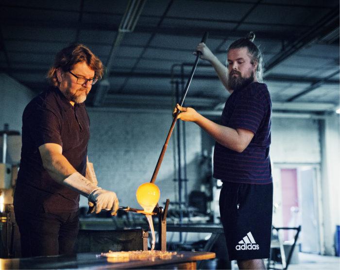 Lasitaiteilija Markku Salo ja lasinpuhaltaja Janne Rahunen valmistavat lasiteoksen osaa. Teostyyppi Action Stories lähestyy kuvataidetta ja action paintingia, toimintamaalausta.