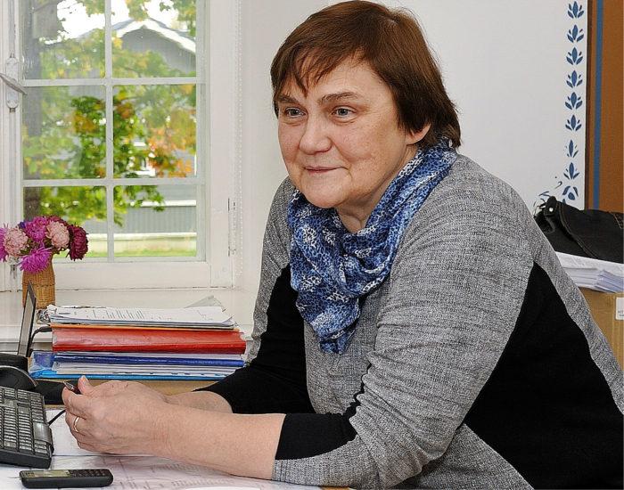Kehitys- ja kulttuuriasiantuntija Aili Normak työhuoneessaan kunnantalolla, josta Juurua on johdettu 114 vuotta.