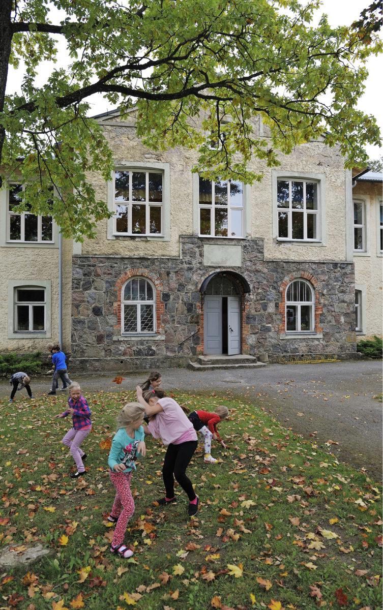 Juurun Eduard Vilden –niminen koulu vuodelta 1914 on kunnan elämän ydin ja ylpeys. Kunta pelkää, että hallintouudistus voi uhata sen toimintaa.