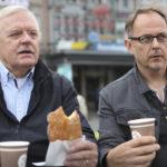 Kaupunginhallituksen puheenjohtaja Jari Elomaa haukkasi posson ja hallituksen jäsen Pasi Hirvonen hörppäsi kahvit Kotkan torilla miettiessään, miten kaupungin asiat saataisiin kuntoon.