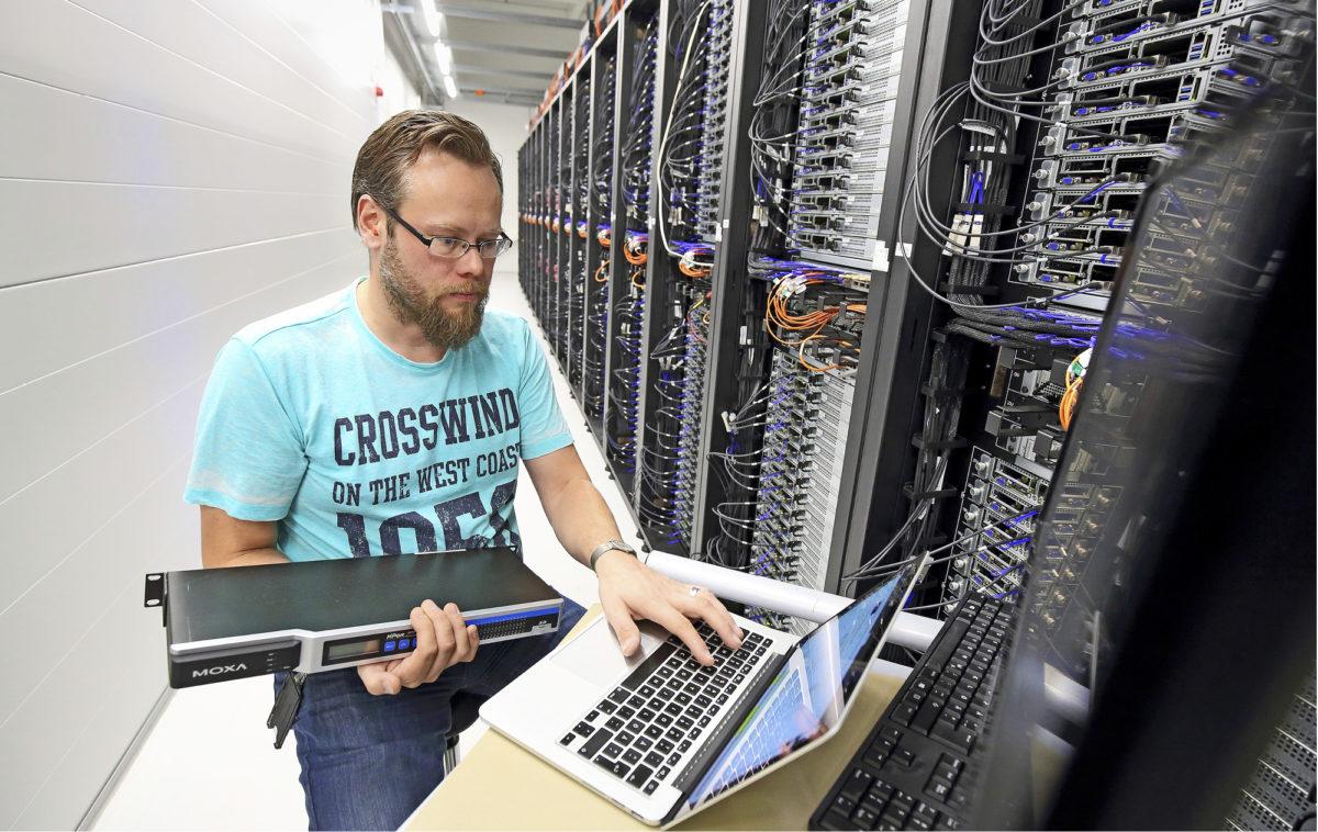 Konsolipalvelimen saloja tutkiva Petri Millar on Yandexin Server Hardware Specialist. Yandexin datakeskuksessa Mäntsälässä on 17 työntekijää, joita yhdistää kyky hoitaa monipuolisesti erilaisia työtehtäviä.