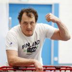 Entinen keihäänheittäjä, maailmanmestari Kimmo Kinnunen on tuttu näky Pihtiputaan lukiossa. Hän valmentaa heittolinjan opiskelijoita kolmesti viikossa.