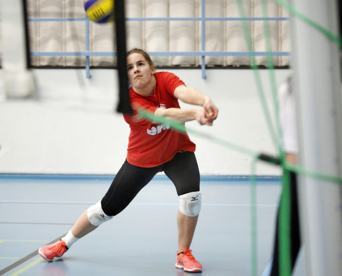 Abiturientti Emilia Valkeejärvi pelaa lentopalloa tosissaan. - Yritän päästä niin korkealle kuin rahkeet vain riittävät.