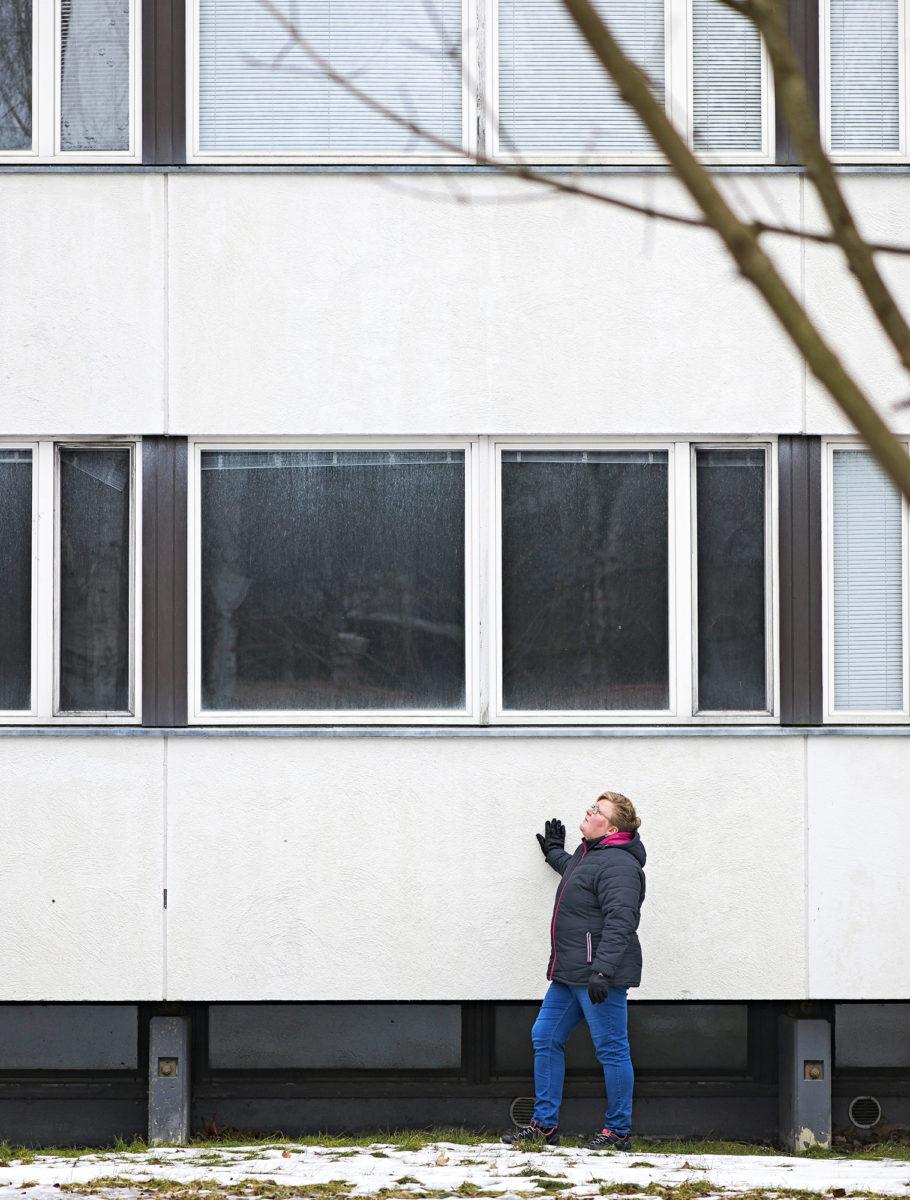 Kiinteistö Oy Kärrykartanon toimitusjohtaja Tiina Kankaanpää tutkii vuonna 1971 valmistunutta kerrostaloa, joka on painunut puoli metriä saviseen maapohjaan. Myös kolme vuotta aiemmin valmistunut kerrostalo puretaan naapurista. Kahdessa talossa on yhteensä 38 asuntoa.
