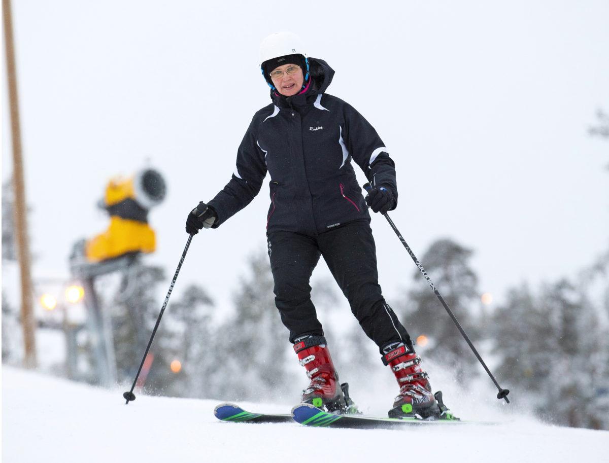 Oululainen Anne Talvensaari-Mattila nauttii Pyhätunturin rinteistä. Hän myös tuo lääkäripalveluja entiselle kotiseudulleen. Kuva: Kaisa Sirén