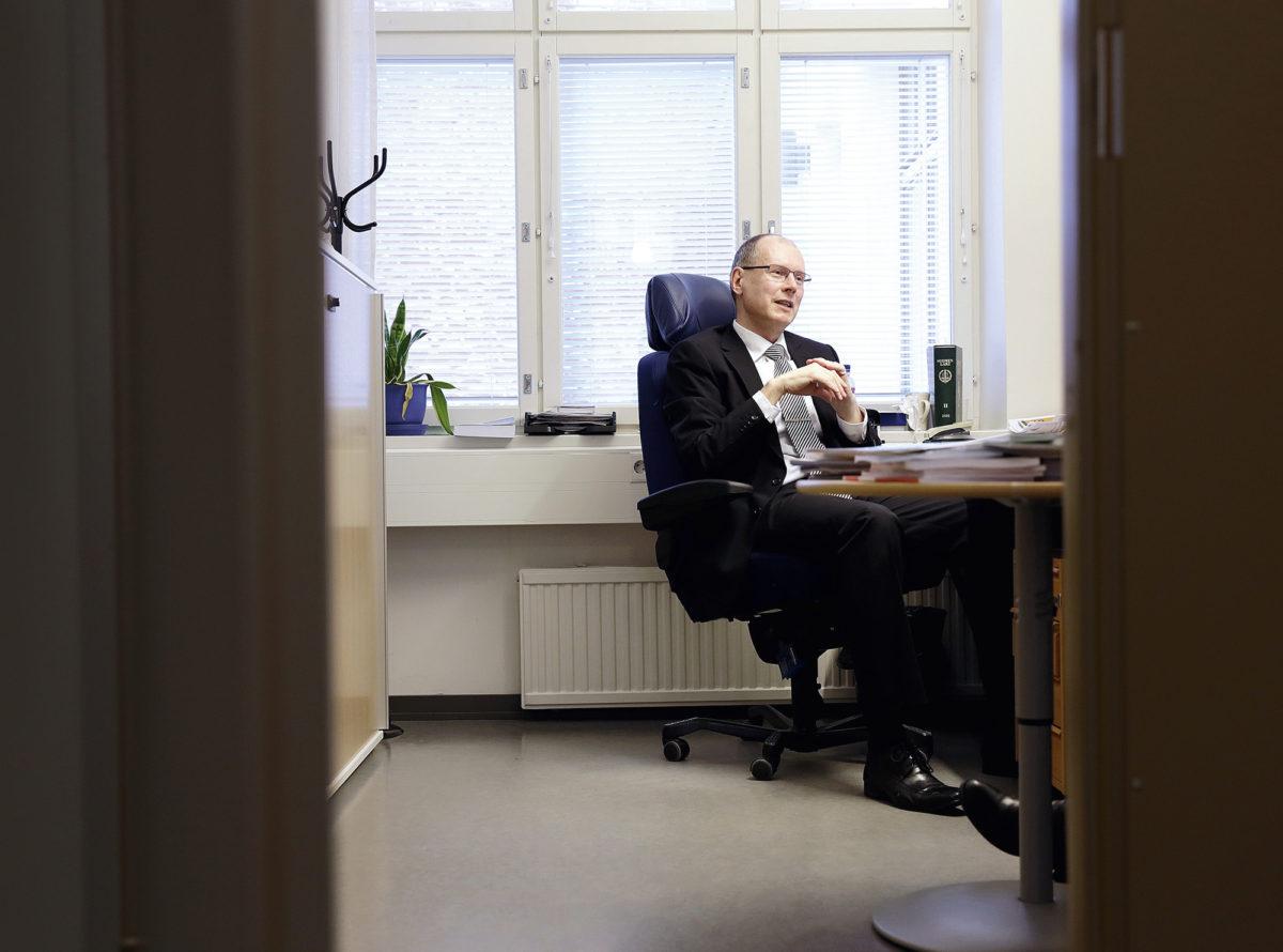Vaalijohtaja Arto Jääskeläinen patistaa ehdokkaita ulos, jotta äänestäjät pääsisivät heitä tapaamaan. Myös sosiaalinen media on tärkeä. - Ollaan edes somessa yhteydessä äänestäjiin.
