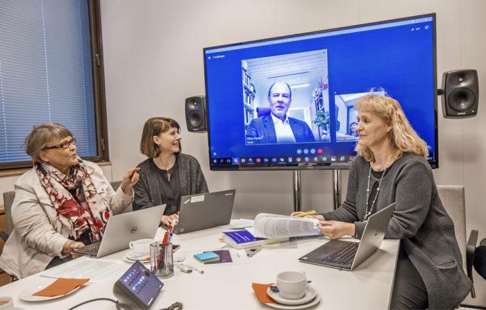 Kaija Majoinen (vas.), Inga Nyholm ja Marianne Pekola-Sjöblom neuvottelivat videoyhteydellä Arto Haverin kanssa viime hetken viilauksista suurteokseen. Kaikki olivat tyytyväisiä lopputulokseen.