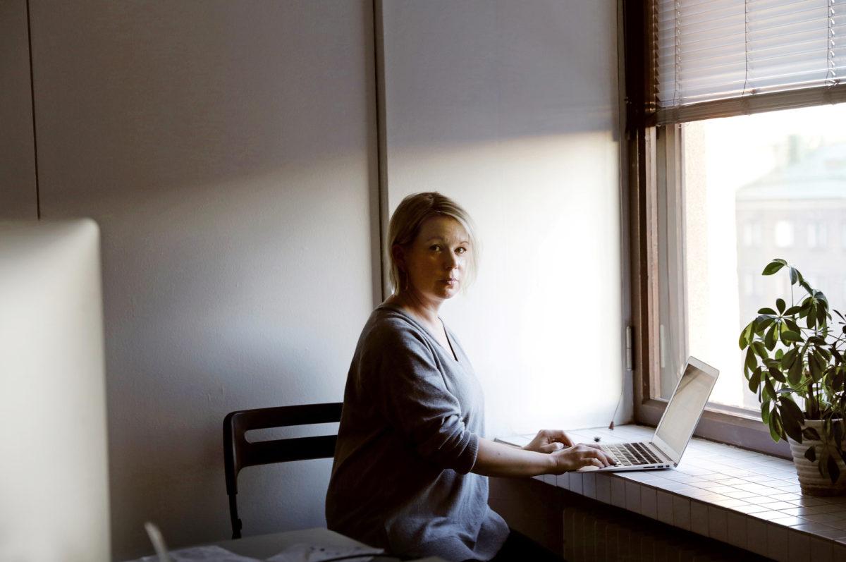 Elina Hirvonen syventyy Helsingin Töölössä sijaitsevalla työhuoneellaan kunnallispoliittisen tv-käsikirjoituksensa tekoon.