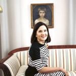- Kunnilla on vastuu siitä, että oppimisympäristöt laitetaan kuntoon, muistuttaa Sanni Grahn-Laasonen.  Seinällä on Albert Edelfeltin maalaus hänen Berta-sisarestaan.