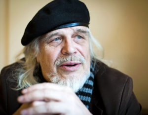 Heikki Turunen on tunnetuimpia itäsuomalaisia kirjailijoita. Turunen raivostui vuonna 2012 Joensuun päättäjille, kun kaupunginvaltuusto päätti, ettei kulttuuriravintolana tunnettua Wanhan Jokelan kiinteistöä suojella. Hän päätti muuttaa kirjansa Joensuusta Juukaan.