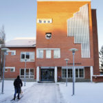 Kittilän kunnan vaakuna on vuodelta 1963. Sen on suunnitellut taiteilija Einari Junttila. Vaakunassa on kävelevä ahma ja lumista tunturihuippua kuvaava kaarilakio.