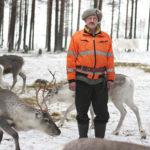 Aki Nevalainen johtaa Kittilän kunnanvaltuustoa. Leipänsä hän ansaitsee monen muun kittiläläisen tavoin porotaloudella.